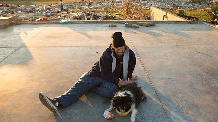 Man Finds His Dog after Illinois Tornado (9 pics)