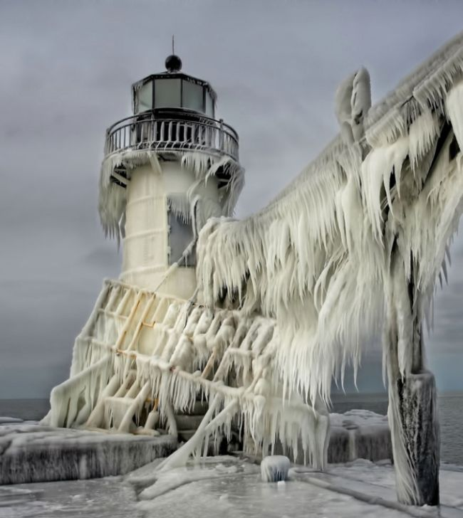 Frozen Lighthouses on Lake Michigan Shore (5 pics)