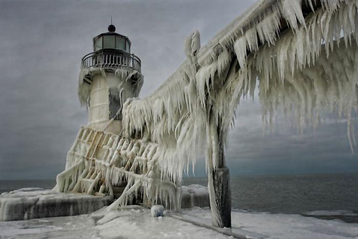 Frozen Lighthouses on Lake Michigan Shore (5 pics)