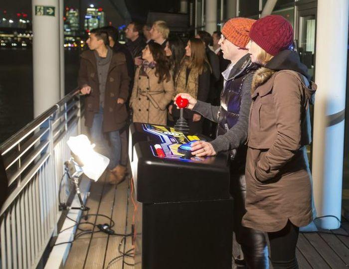 Gigantic Pacman in London (5 pics)