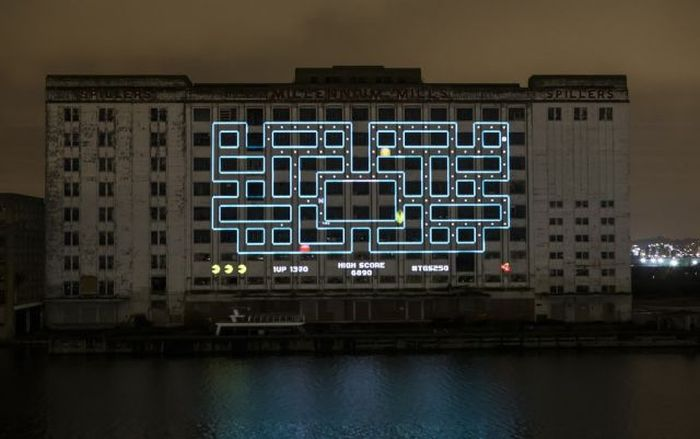 Gigantic Pacman in London (5 pics)