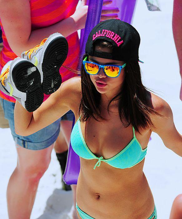 Hot Bikini Girls (35 pics)