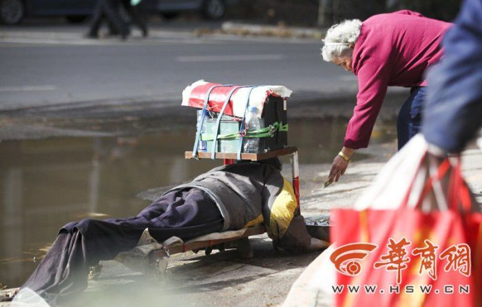 Chinese Beggar Busted  (13 pics)