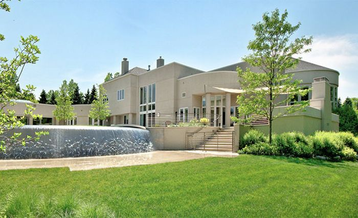 Michael Jordan's Mansion Is Up For Sale for $29 Million (13 pics)