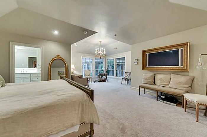 Chuck Norris Is Selling His House (25 pics)