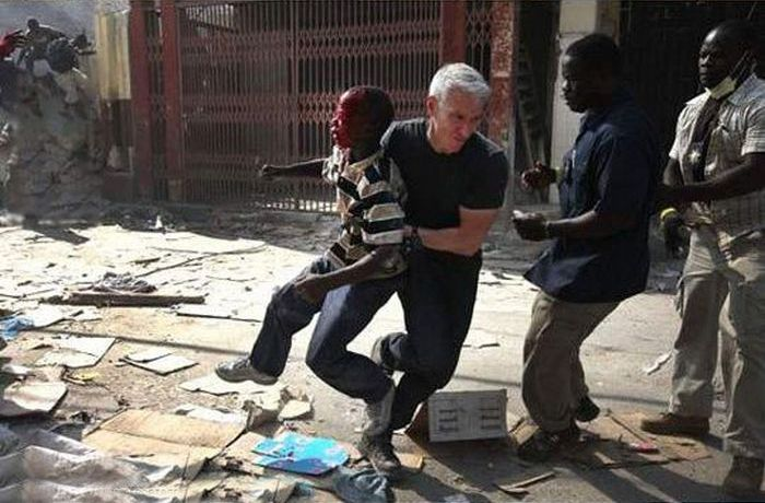 Anderson Cooper Rescues a Kid (3 pics)