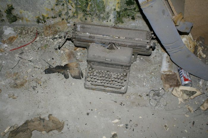 Very Interesting Abandoned Building (75 pics)
