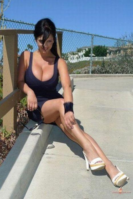 Pretty Girls in Tight Dresses. Part 11 (53 pics)