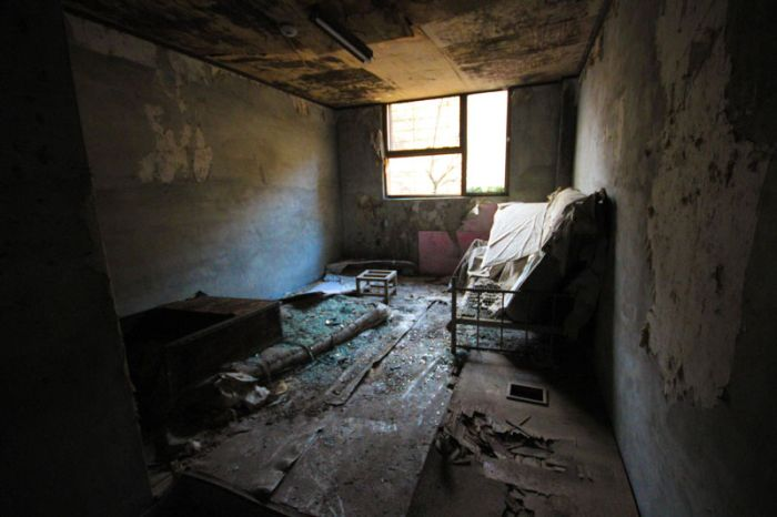 Abandoned Mental Hospital (24 pics)