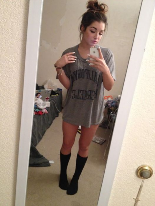 Girls in Knee High Socks (35 pics)
