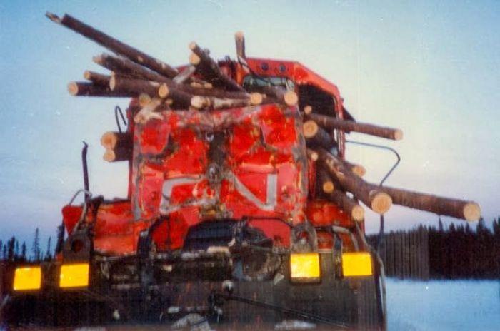 Train vs Log Truck (5 pics)