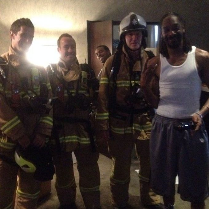 Snoop Dogg and Firefighters (7 pics)
