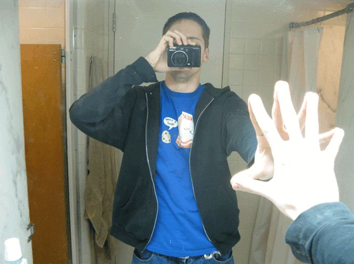 How to Make Hands Free Selfies (4 pics)