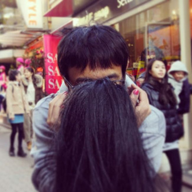 How to Take a Kissing Selfie Alone (17 pics)