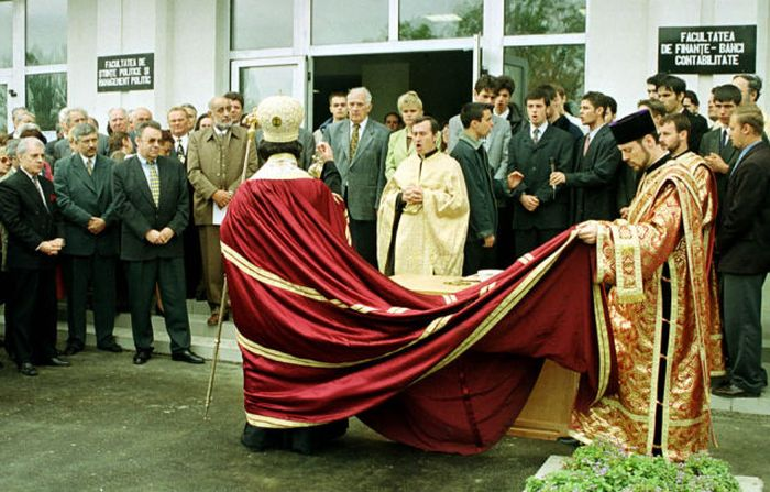 Romanian Priests Bless Just About Everything (20 pics)
