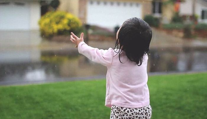 Little Girl Sees Rain for the First Time (6 pics)