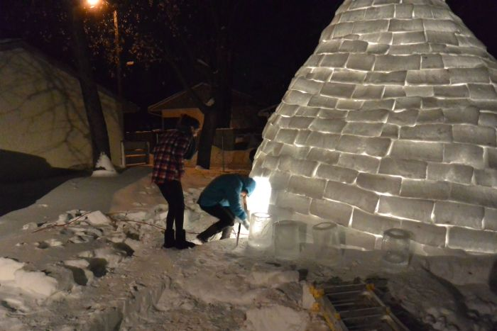 Guy Builds an Igloo in the Backyard (14 pics)