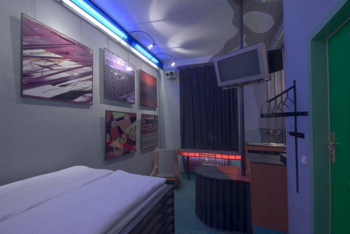 Propeller Island City Lodge (25 pics)