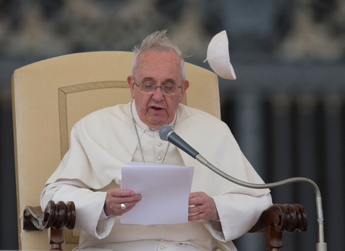 Pope Francis Doesn't Like Wind (6 pics)
