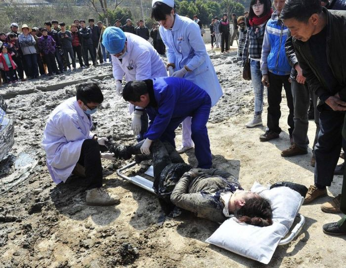 Chinese Woman Survives a Terrible Crash (9 pics)