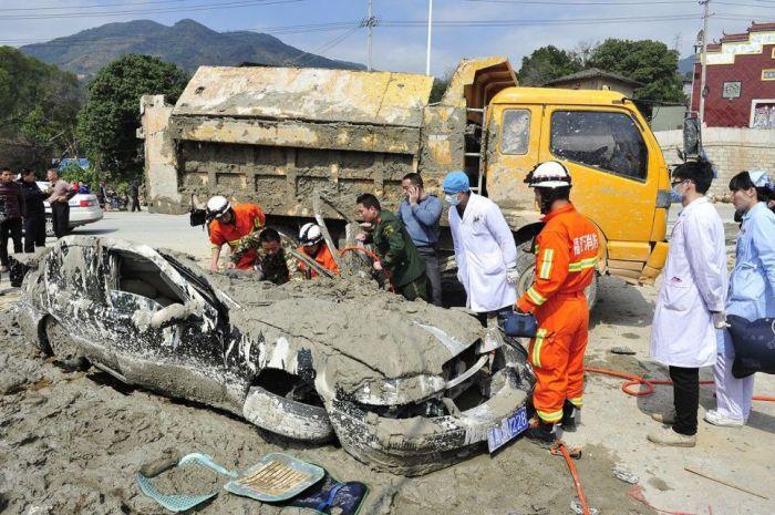 Chinese Woman Survives a Terrible Crash (9 pics)