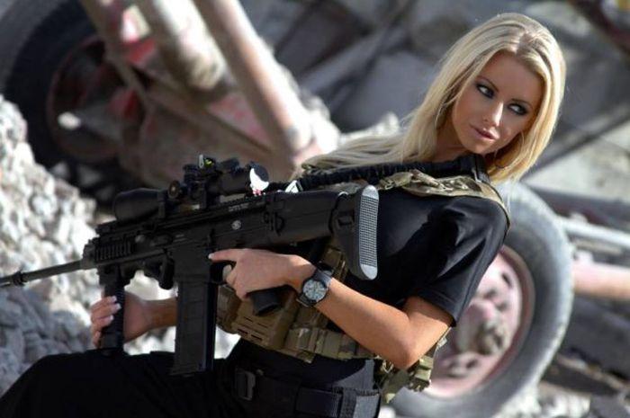 Girls and Guns (65 pics)