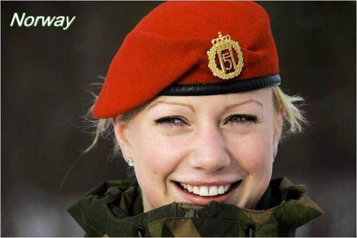 Army Girls (33 pics)