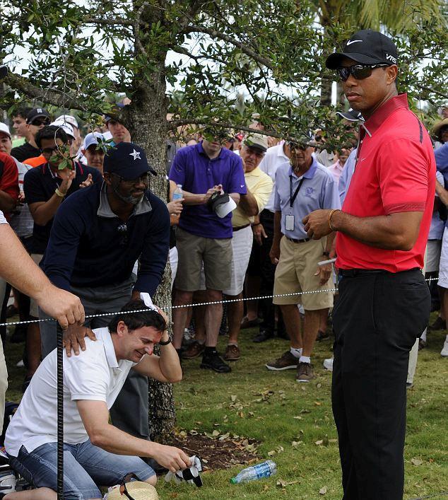 Tiger Woods Hits Fan in Head (5 pics)