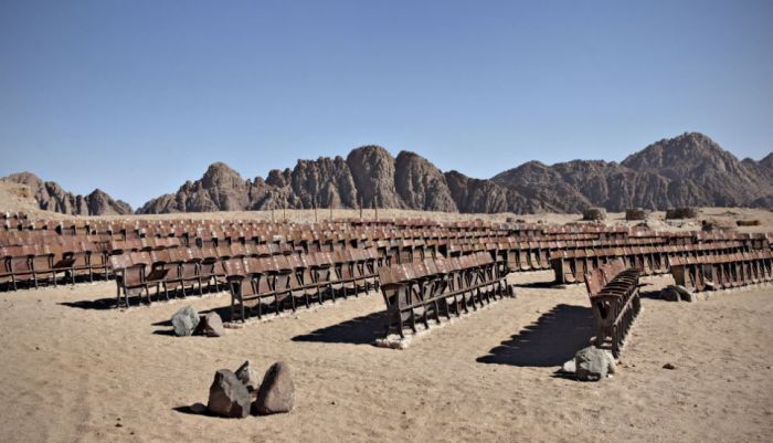 Cinema in the Dessert (10 pics)