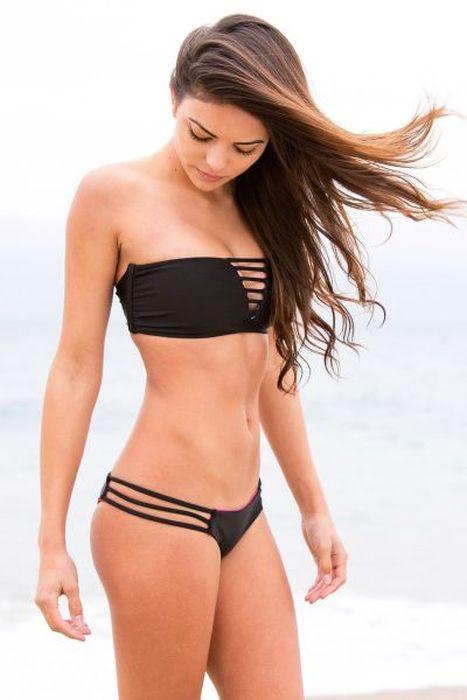 Busty Girls in Bikinis (51 pics)