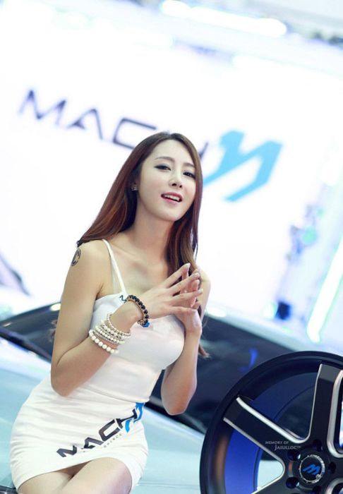 Girls of the Seoul Auto Salon (43 pics)
