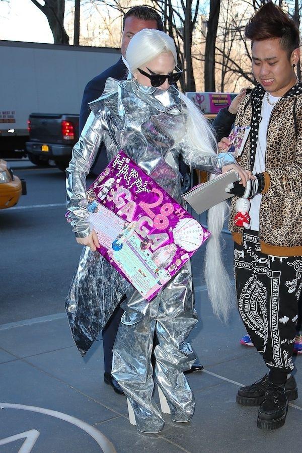 Lady Gaga Wraps Herself (5 pics)