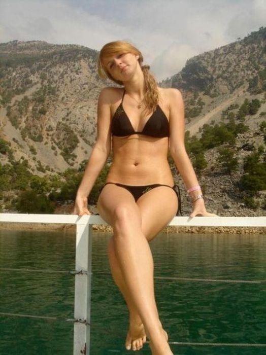 Girls in Bikinis (44 pics)