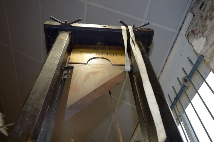 Guillotine for Sale (7 pics)