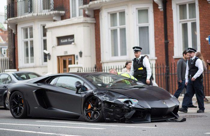 Wrecked Lamborghini Aventador in London (12 pics)
