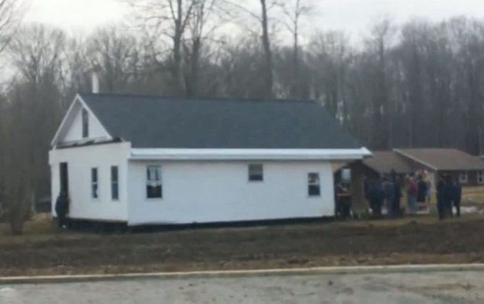 Amish Men Carrying a House (7 pics)