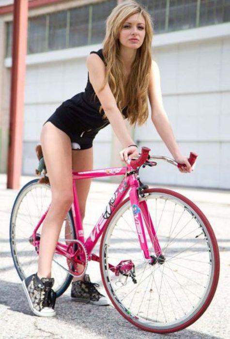 Girls and Bikes (40 pics)