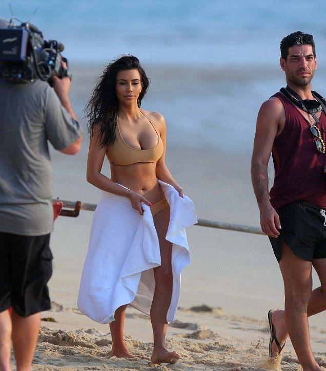 Kim Kardashian Shows Her Famous Butt (7 pics)