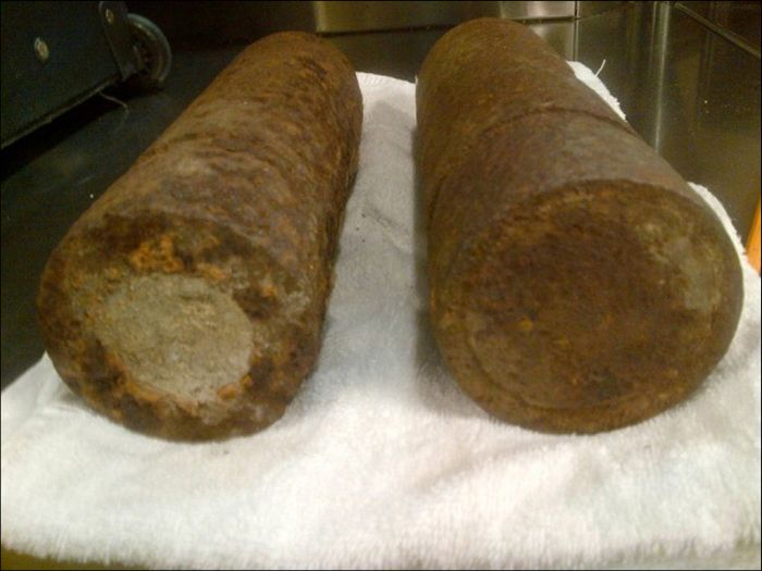 WWI Artillery Shells Found in Luggage at O'Hare (4 pics)