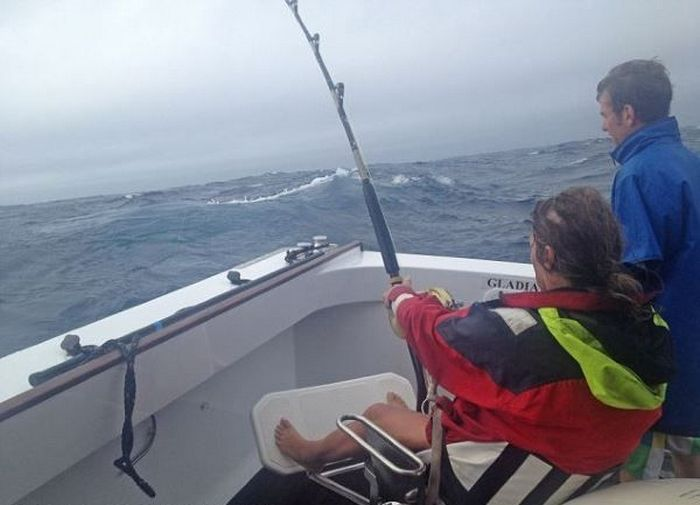Woman Catches a Big Tuna Fish (6 pics)