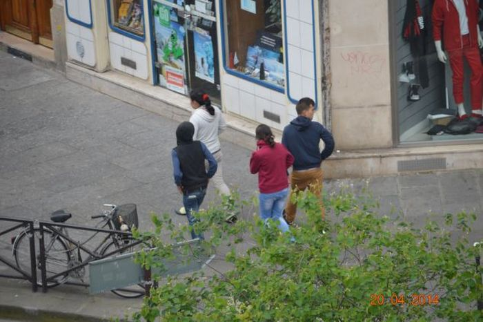 Roma Thieves Stealing Money from a Tourist (4 pics)
