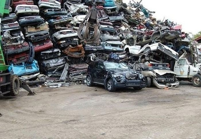 This Once Beautiful BMW Gets Crushed (5 pics)