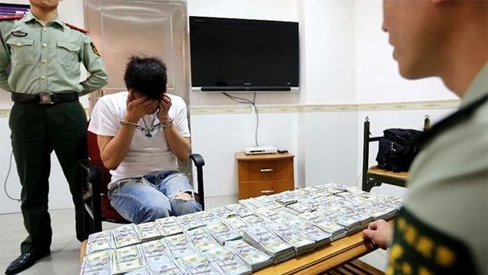 This Is Why You Don't Try To Smuggle Money (3 pics)