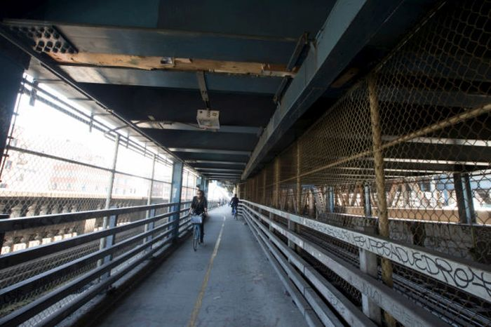 Homeless Man Makes The Manhattan Bridge His Home (21 pics)
