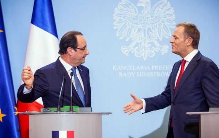 French President Is Terrible At Handshakes (12 pics)