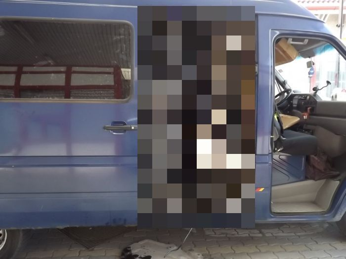 See How You Can Fit An Entire BMW Into A Van (3 pics)