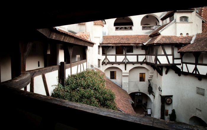 Make Dracula's Transylvania Mansion Your New Home(25 pics)