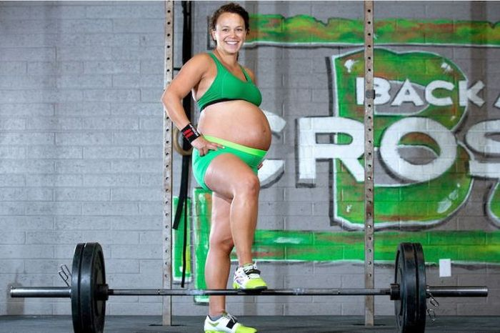 Weight Lifting Mom Gets Ripped Right Before Birth (15 pics)