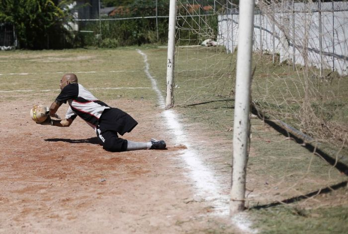 This Guy Is A Great Goalkeeper With Only One Leg (15 pics)
