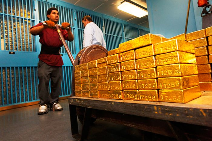 Crazy Stories That Show How Corrupt Our Banks Are (10 pics)